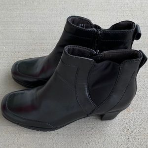 Clarks Bendables Leather Side Zip Ankle Boots 8M